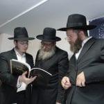 טקס ההשקה, הרב מעל מציג בפני הרבנים את החומר האיכותי של המכון
